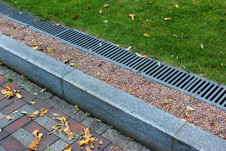 공원에있는 커브 사이드 및 빗물 배수 시스템