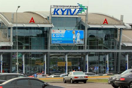 Kiev, Oekraïne - 23 september 2017: Gevel van de internationale luchthaven Zhuliany, een van de twee passagiersluchthavens van Oekraïense hoofdstad Kiev.