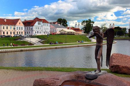 Minsk, Wit-Rusland - 14 juli 2017: Monument huilende engel aan de slachtoffers van de Sovjet-oorlog in Afghanistan, geïnstalleerd op het eiland van tranen in het centrum van Minsk.