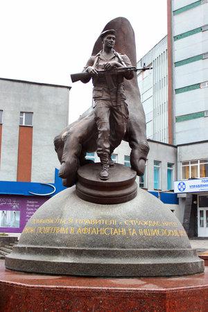 Khmelnytsky, Ukraine - 16 décembre 2011: Monument aux victimes de la guerre en Afghanistan et d'autres guerres locales, installé en 2007 par Mykola Mazur. Inscription lit