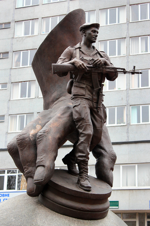 Khmelnytsky, Ukraine - December 16, 2011: Monument to victims of the war in Afghanistan and other local wars, installed in 2007 by Mykola Mazur. Inscription reads Banque d'images - 104858355