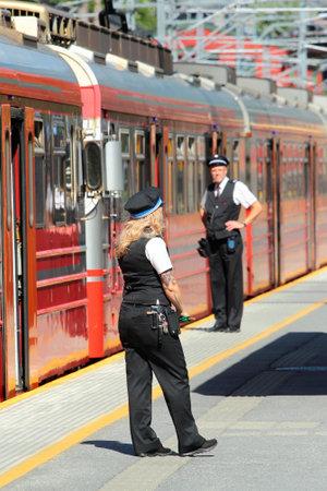 Voss, Norvegia - 25 giugno 2018: Conduttori del treno sulla piattaforma della stazione ferroviaria di Voss, il principale hub di trasporto ferroviario nel villaggio di Vossevangen, Contea di Hordaland.