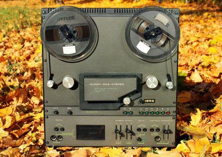 Charkiw, Ukraine - 19. Oktober 2018: Alte sowjetische Stereo-Reel-Recorder Olimp-003. Es wurde seit 1984 in der UdSSR hergestellt.