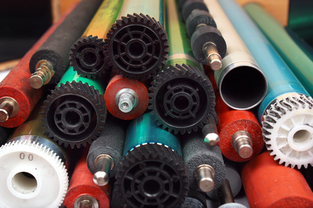 Parts of old laser printers. Photosensitive drums, rubber and metal shafts and rollers. Foto de archivo