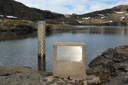 Wasserstandsanzeige in einem See, Norwegen Standard-Bild