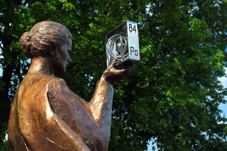 Varsavia, Polonia - 1 maggio 2019: Monumento a Marie Sklodowska Curie, fisico e chimico polacco-francese che condusse ricerche pionieristiche sulla radioattività e scoprì due elementi, polonio e radio. Editoriali