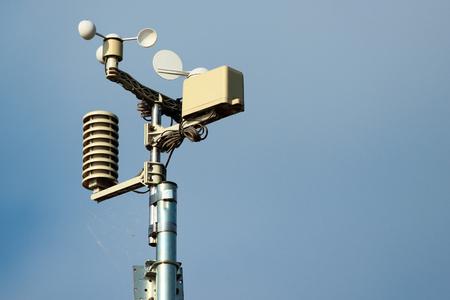 Instrumentos de la estación meteorológica contra el fondo de cielo azul