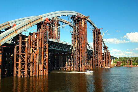 Podilsko-Voskresensky Bridge, a combined road-rail bridge over the Dnieper River under construction in Kiev, Ukraine Imagens - 132273152