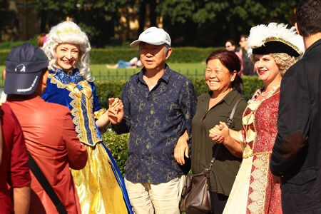 Saint Petersburg, Russia - July 4, 2017: Actors disguised as old Russian nobility invite tourists to participate in fancy-dress photo sessions. Zdjęcie Seryjne - 137981132