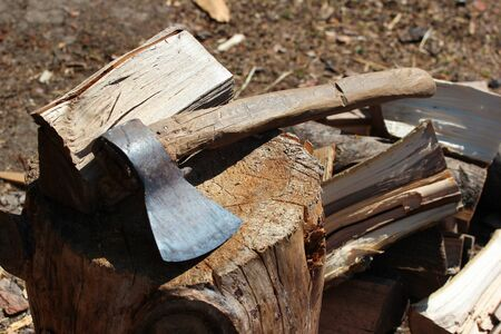Old axe and stack of firewood Banque d'images
