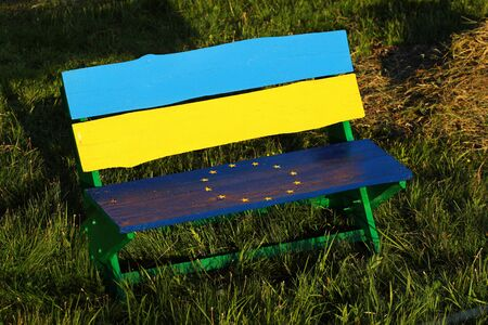 Bench of friendship with flags of EU and Ukraine Banque d'images