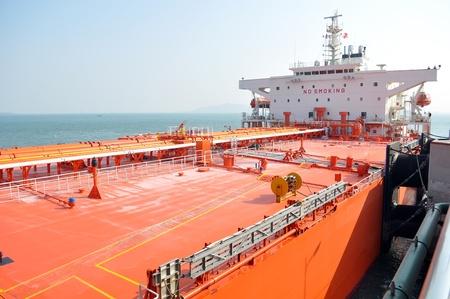 Oil tanker ship in port Imagens