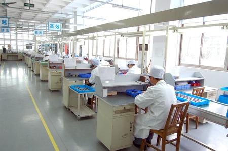 生産ラインの労働者 報道画像