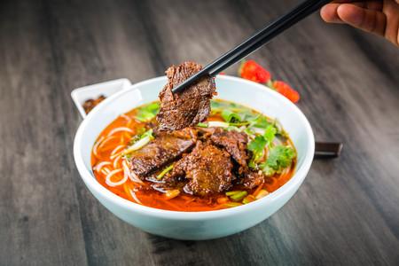 A bowl of spicy lamb noodle Foto de archivo