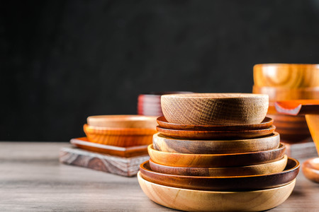 Wooden tableware Standard-Bild - 101475875