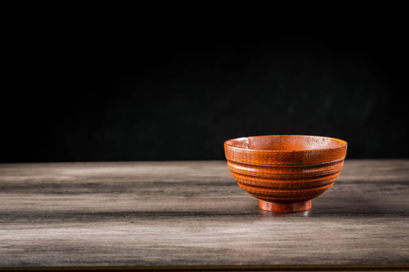 Wooden bowl on the table Standard-Bild - 101475996