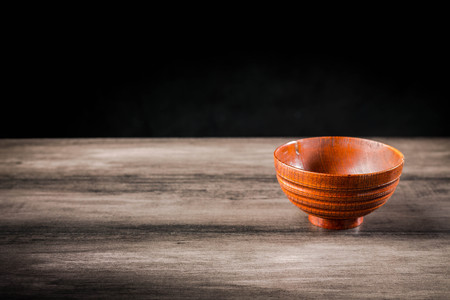 Wooden bowl on the table Standard-Bild - 101475997