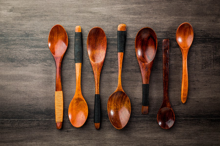 Flatlay of wooden spoons on the table Standard-Bild - 101476054