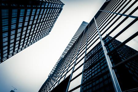 青いガラス張りのモダンな高層ビルの壁