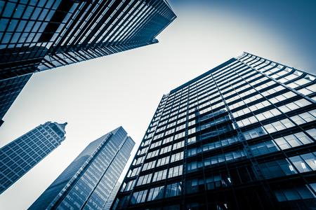 moderne blaue Glaswand des Wolkenkratzers Standard-Bild