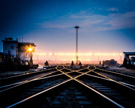 夕暮れのコンテナー貨物駅のプラットフォーム