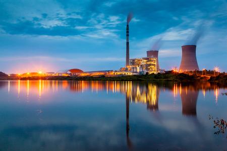 planta de energía por noche