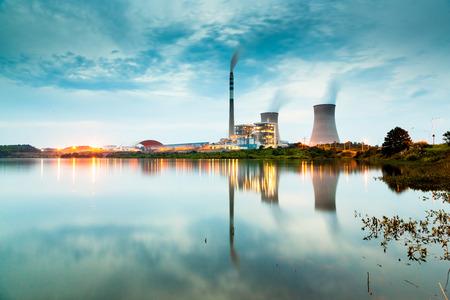 Kraftwerk bei Nacht Standard-Bild