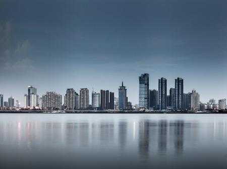 horizonte: shanghai skyline con la reflexi�n, China