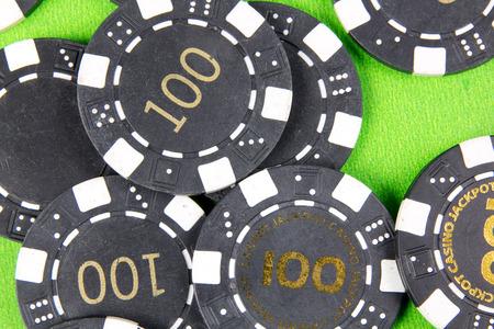 fichas de casino: fichas de casino en la mesa verde Foto de archivo
