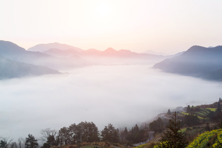 mist en cloud mountain valley landschap, china