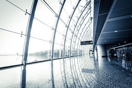 negocios internacionales: Guangzhou futurista gente Aeropuerto interiores caminando en el desenfoque de movimiento
