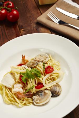 almeja: Pasta de mariscos Aglio Olio con tenedor y cuchillo