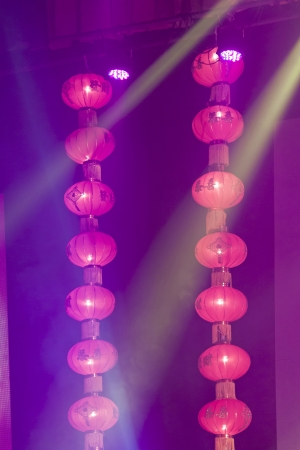 bunchy: linternas rojas en el escenario, en algunas de las actividades teatrales de la escena