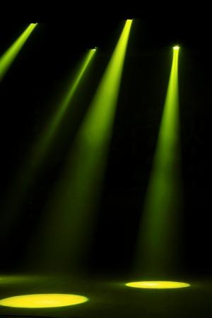 暗闇の中で舞台照明効果