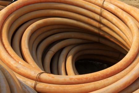 kunststoff rohr: Kunststoffrohr gestapelt toghter auf einer Baustelle Lizenzfreie Bilder