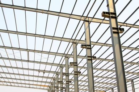 estructura: taller de producci�n de vigas de acero del techo industrial en una f�brica Foto de archivo
