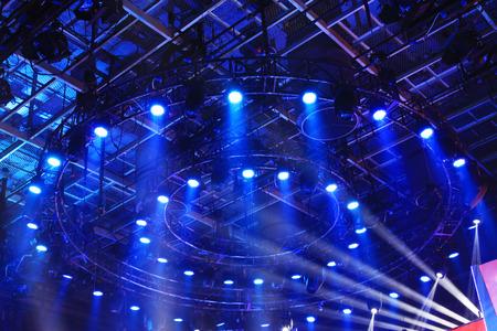 暗闇の中、クローズ アップ ショットでステージ照明効果 写真素材