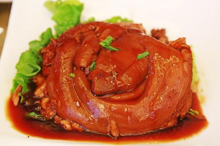 レストランで皿の上肘の煮豚