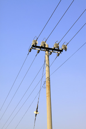 energia electrica: instalaciones de energ�a el�ctrica en el cielo azul, las instalaciones de transmisi�n de energ�a de acero