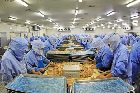食品加工の企業、2013 年 12 月 20 日に、唐山市、河北省、中国、肉の処理生産ラインの労働者。