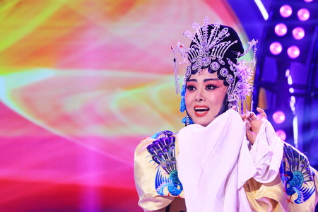 LUANNAN COUNTY - JANUARY 7: The girl dressed in yellow singing PingJu on the stage, in the ChengZhaoCai grand theater, January 7, 2014,luannan county, hebei province, china. 新聞圖片