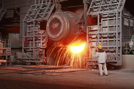 鉄、鉄鋼炉そして労働者の運転