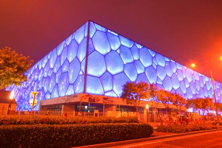 piscina olimpica: BEIJING - 24 de mayo: caracter�sticas Beijing Olympic cubo de agua parque local por la noche, en el parque ol�mpico de Beijing, en 24 de mayo de 2014, Beijing, China