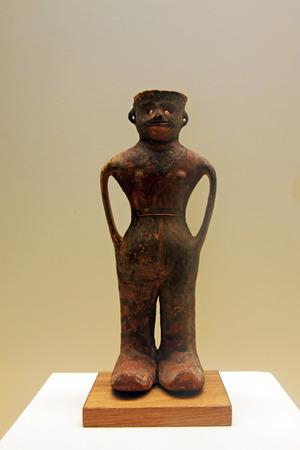 figura humana: CHINA - SIBA CULTURA: Tarro Cer�mica Pintado en la forma de la figura humana, Siba Cultura (c 2000-1600 a. C.), la colecci�n en el museo nacional de China, Beijing, China. Editorial