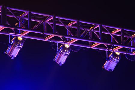 暗闇の中で金属製のフレームのステージ ライト
