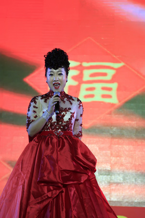 LUANNAN COUNTY - SEPTEMBER 27: song performance at the National Day party, on september 27, 2014, Luannan County, Hebei Province, China 新聞圖片