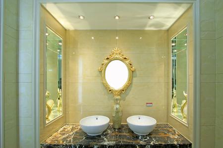 toilet sink: lavabo WC y un espejo, de cerca de foto