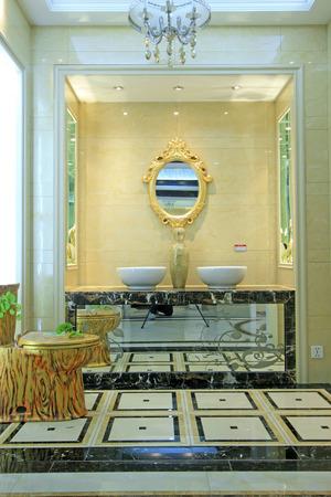 toilet sink: lavabo inodoro y un espejo, de cerca de foto Editorial