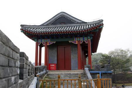 humanism: CHENGDE CITY - 20 de octubre: Dehui Gate Tower edificio paisaje en Chengde resort de monta�a, en 20 de octubre 2014, la ciudad de Chengde, provincia de Hebei, China