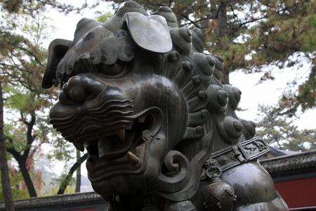humanism: CHENGDE CITY - 20 de octubre: Le�n de bronce escultura en Chengde resort de monta�a, en 20 de octubre 2014, la ciudad de Chengde, provincia de Hebei, China